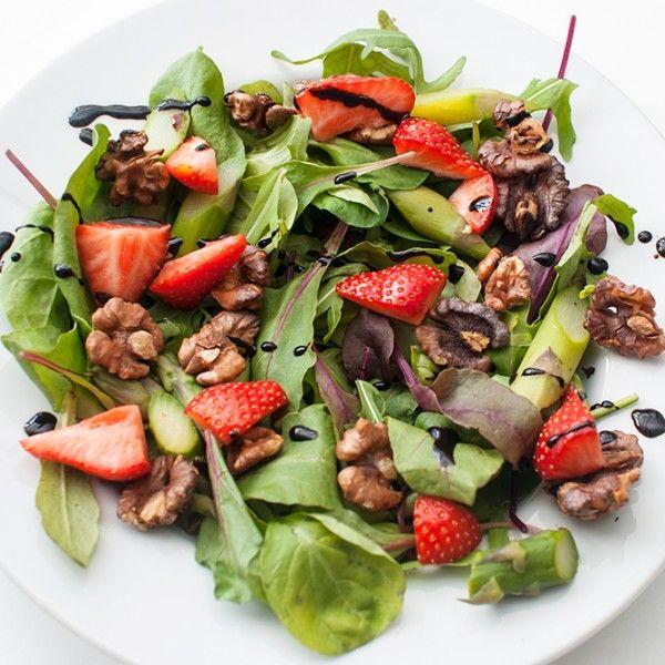 Salat med asparges og jordbær