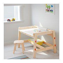 Skrivebordet kan justeres i tre høyder og dermed brukes til lekselesing og hobbyprosjekter i mange år. Skrivebordet kan vinkles, slik at barn kan variere sittestilling. Sporet forhindrer at penner og andre småting faller ned når skrivebordet er vinklet. Barnet ditt har alltid tegnepapir for hånden siden skrivebordet har en holder som passer til MÅLA tegnepapirrull. Trenger du ekstra oppbevaring, kan du ha TROFAST kasser i stativet under skrivebordet.