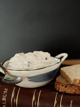 Pasi Spre Eden. vegan cream cheese with kalamata olives