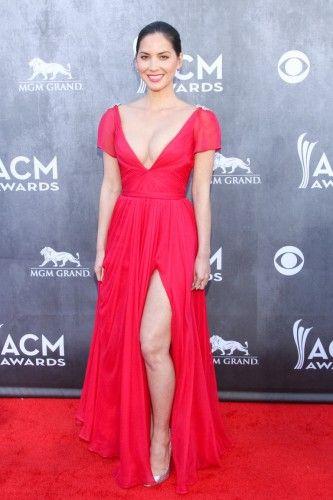 H ηθοποιός Olivia Munn με κοραλλί φόρεμα με χαμηλό ντεκολτέ και side slit κι λαμπερές λεπτομέρειεςστους ώμους, από το σχεδιαστή Reem Acra. #AMCA14