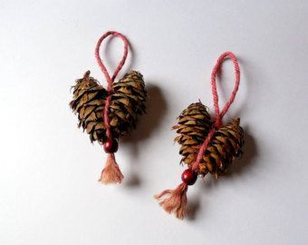 Rustic Pine Cone Red Heart Ornaments Set von WestTwinCreationsLLC