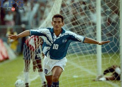 El máximo anotador en la historia de la selección nacional, Raúl Ignacio Díaz Arce, fue un delantero intuitivo, goleador natural. Con 19 años fue el artillero del Dragón campeón de segunda división en 1989; con 21 años, en apenas su segunda campaña en primera, fue máximo anotador de liga mayor y dio un salto inmediato a selección nacional.