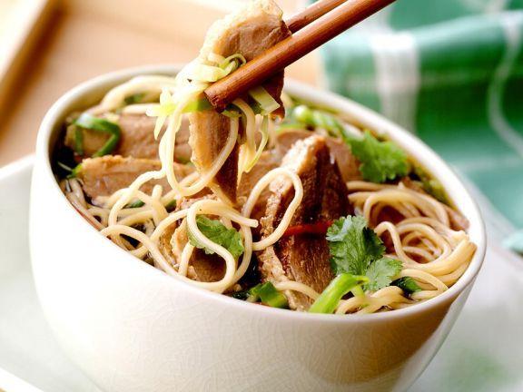 Chinesische Eiernudeln mit Entenbrust ist ein Rezept mit frischen Zutaten aus der Kategorie Ente. Probieren Sie dieses und weitere Rezepte von EAT SMARTER!