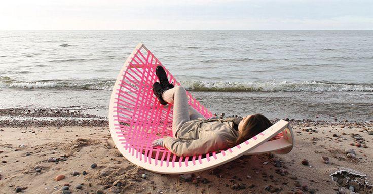Переносной гамак, который с легкостью превращается в футбольные ворота.  Пляжный маст хев :)