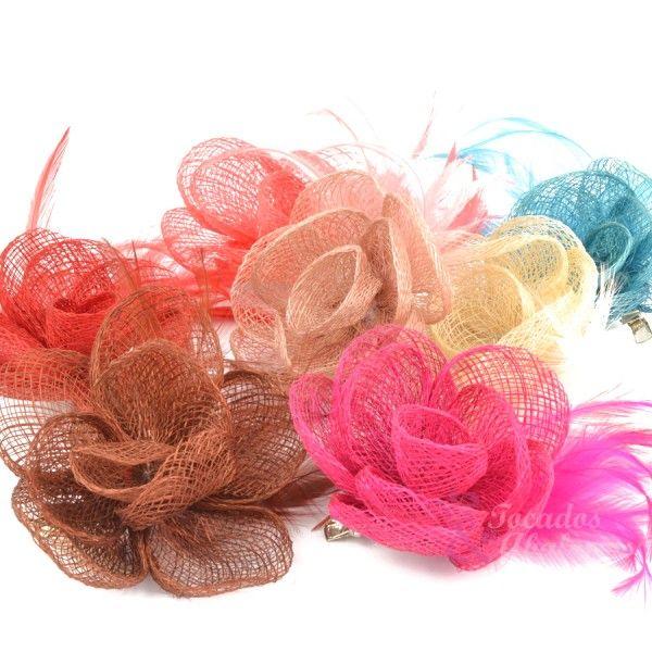 ¡Empecemos la semana llenos de alegría y de color! ¡Flores de sinamay y plumas para tus tocados! #floresdetela #floreparatocados