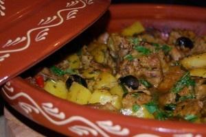 De Marokkaanse keuken kent vele variaties op de overbekende en heerlijke tajine gerechten. Een tajine kan bereid worden met lam, kip, rund of gehakt en altijd met vele soorten groenten. De tajine maaltijd is een overheerlijk en vetarm Marokkaans...