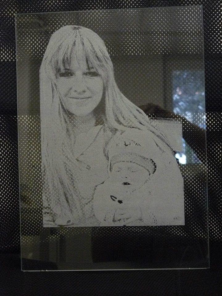 Fotka na skle Rodinná fotografie gravírovaná na skle. Gravírovaný vzor a rozměr dle Vašich požadavků. Cena včetne podstavy z dřevěného masivu. Cena za rozměr 20x16cm.