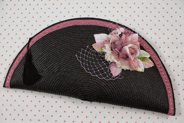 NUEVA CARTERA   Carteras hechas a mano con materiales para tocados                Ref.CA017   Descripción: Cartera de paja negra adornada c...