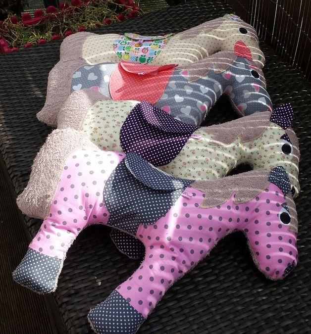 Wie ein Nackenhörnchen schmiegt es sich beim Schlafen an. Die Rückseite des Pferdes besteht komplett aus kuscheligem Frottee. Das Pferd kann als Kissen, Nackenkissen oder einfach als Kuscheltier...
