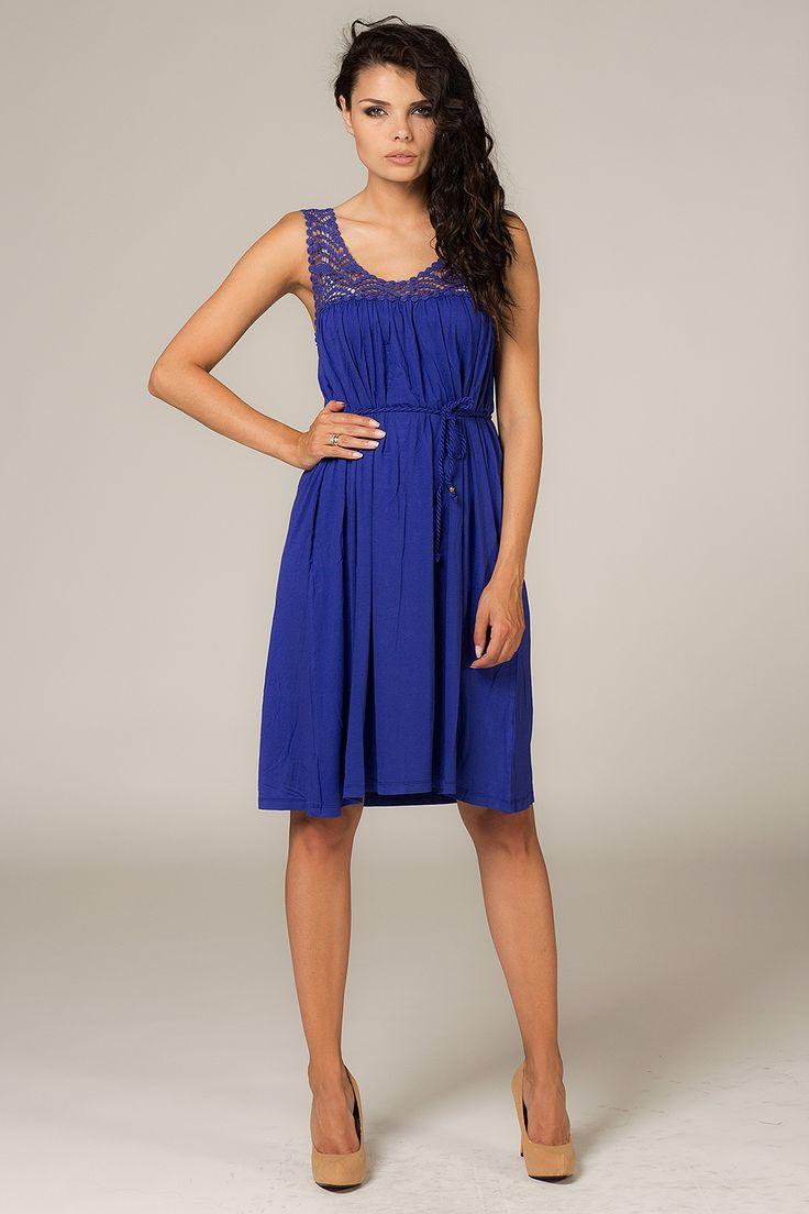 Prosta sukienka w kolorze kobaltowym na szerokich ramiączkach stylizowane na szydełkowe wykonanie. Sukienka idealna na nadchodzące lato.  #modadamska #sukienkikoktajlowe #sukienkiletnie #sukienka #suknia #sukienkiwieczorowe #sukienkinawesele #allettante.pl