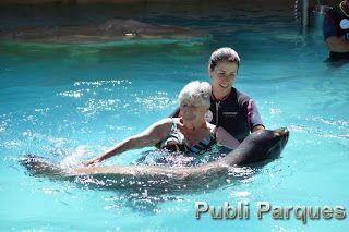 Jóvenes con parálisis cerebral y la enfermedad rara de Sotos participantes en la terapia con leones marinos