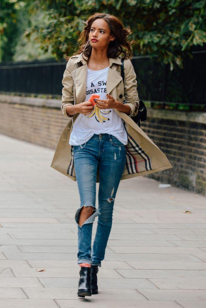 c джинсами и принтованным топом, массивной обувью. Такой образ подходит для похода по магазинам, встреч на кофе с друзьями и ежедневной городской спешки.