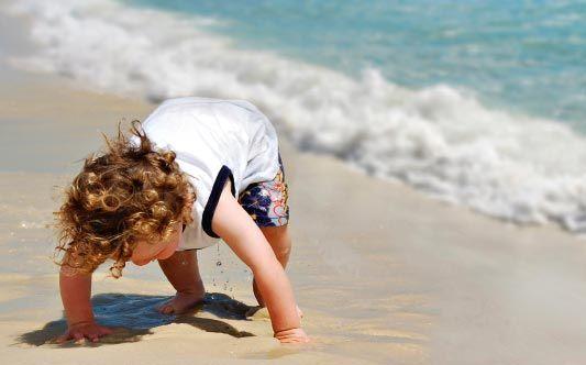 Vauva rannalla