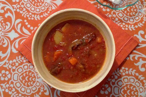 Μπορεί ο χειμώνας να μην έφτασε για τα καλά, η λιακάδα ξεγελάει, αλλά δεν αργούν να πιάσουν τα γερά κρύα. Ετοίμασα γκούλας, μια χορταστική, θερμαντική σούπα που συνηθίζεται στην Ουγγαρία με κρέας, κρεμμύδια, πάπρικα και μπόλικα λαχανικά.
