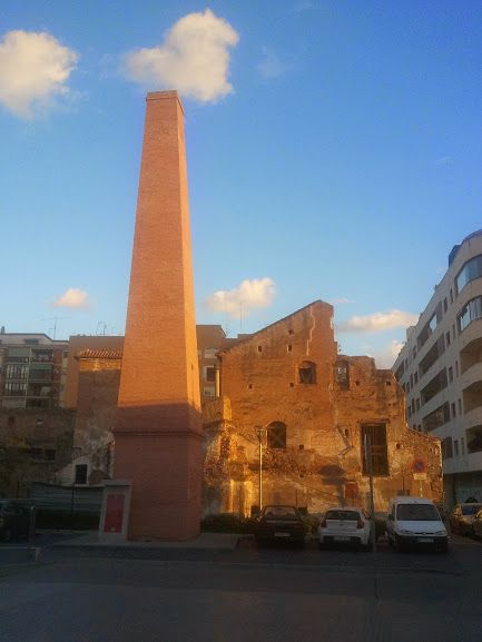 Chimenea sobre el solar del antiguo convento de san andr s for Fabrica de chimeneas
