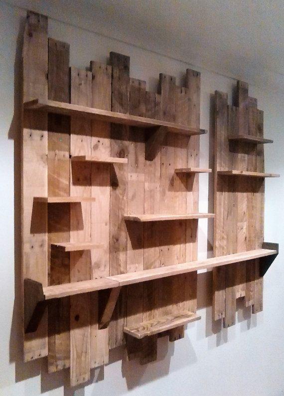 Hecho a la medida.  Estas unidades son hechos a mano de madera reciclada de palets.  Debido a la naturaleza de los materiales utilizados, cada uno es totalmente único.  La unidad de pared en la foto mide 140cm de altura total. La sección más grande es de 95cm de ancho, la sección más pequeña es 48cm.  Puede hacer a su medida personal, para adaptarse a cualquier pared de tamaño.  Vendido sin fijaciones y no agujeros.