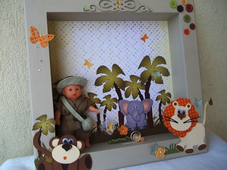 Lindo quadro com tema Floresta, com bichinhos em scrapbook, um boneco caçador de borboletas com cantil d'água, e ainda tem um espaço para colocar o nome da criança numa nuvemzinha. <br>Este quadro é pronta entrega.