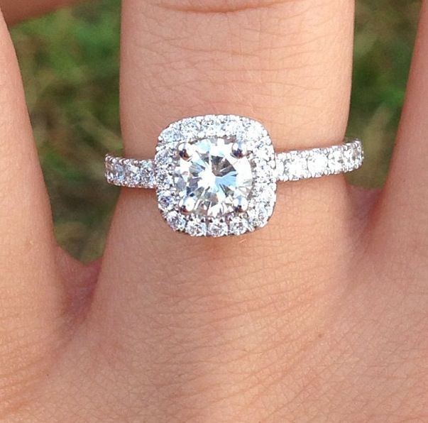 such a beautiful engagement ring, nice and small, perfect size :)