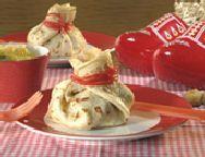 Pannenkoeken gevuld met een fruitsalade en gepresenteerd als de cadeautjes-zak, dat is natuurlijk een geweldig hapje voor Sinterklaasavond.
