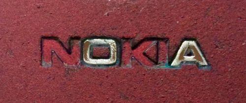 Logo de Nokia en un viejo teléfono.  Nokias logo on an old cellphone.
