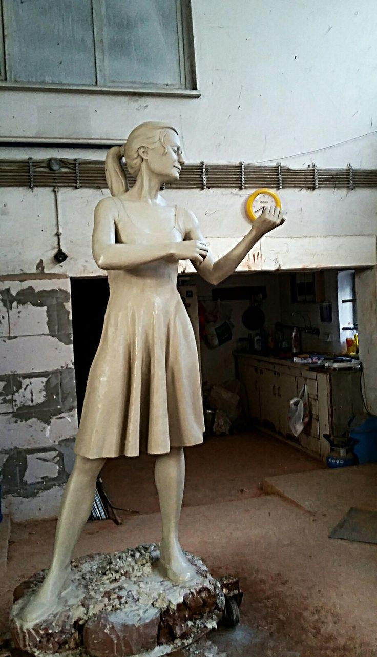 Keman çalan kadın heykeli modelaj aşaması.  Heykeltıraş Ömer Orcaner