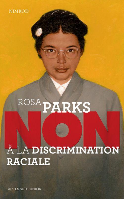 Rosa Parks est née en 1913 en Alabama. Elle nous livre les conditions déplorables de la citoyenneté, à l' époque de l' Apartheid. ( 1948-1991). La loi n' accordait aucun droit aux populations noires : pas d' accès aux fontaines publiques pour boire, pas le droit de voter ni d' accéder aux toilettes publiques, encore moins de s' asseoir dans les lieux publics. En 1955, Rosa Parks refuse de céder sa place dans le bus. Elle est donc emprisonnée pour son acte de résistance.