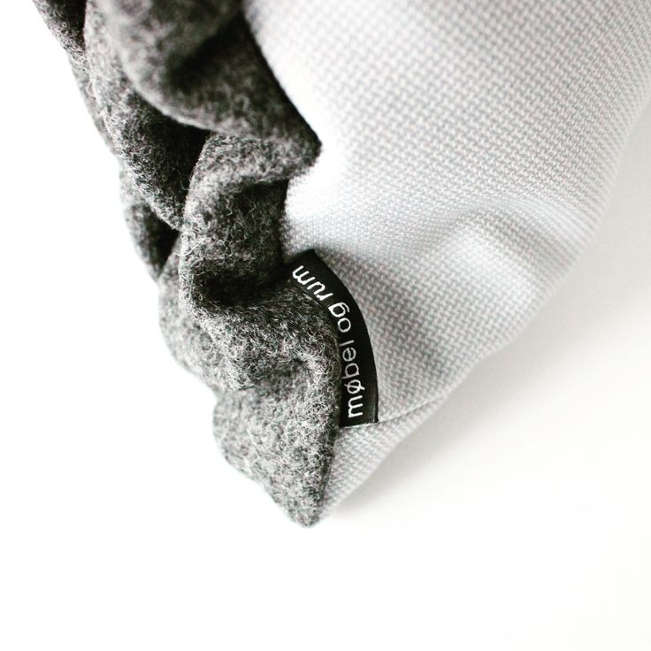 Cushion. Close-up. Dark grey SMALL SMOCK. mobel og rum