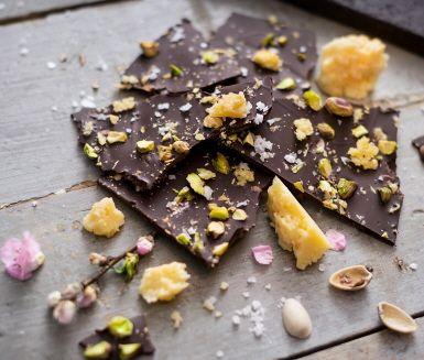 Blandningen mellan sött och salt är en omsjungen kombination som är lätt att tycka om. Här presenteras den i form av len choklad som toppas med grovhackade  pistagenötter och Västerbottensost. En mycket god och unik kombination värd att prova.