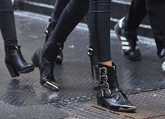 Bottines pointues noires avec 4 boucles style western : où trouver >> http://www.taaora.fr/blog/post/bottines-western-noires-bouts-pointus-sangles-style-gigi-hadid #gigihadid #getthelook