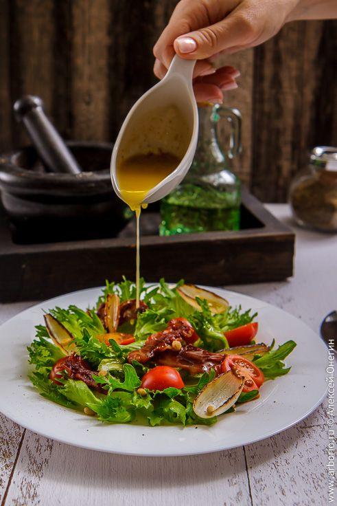 В хрустящем салате с беконом хрустит буквально все: зелень, бекон, орешки, а пикантная заправка балансируется сладостью черри и невероятных лепестков шалота.