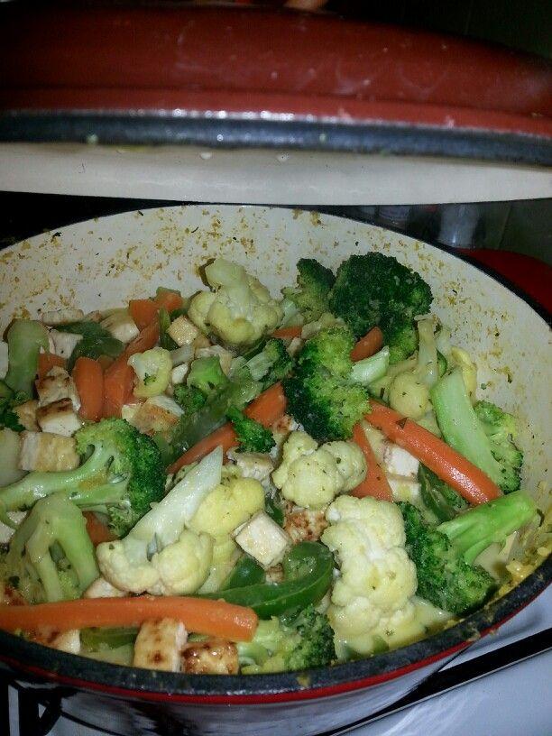 Curry vegano ( con crema de coco, tofu y vegetales).