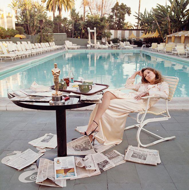 """フェイ・ダナウェイ テリー・オニール """"Fye Dunaway at the Beverly Hills Hotel the morning after winning an Oscar for her performance in Network,1976"""" ⓒ Terry O'Neill"""