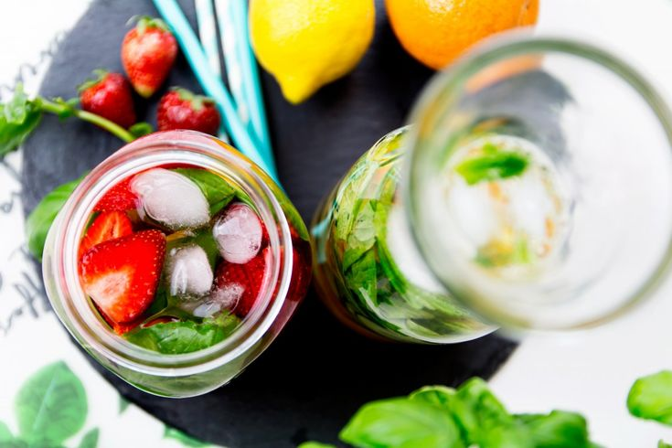 Strawberry, lemon and basil infused water recipe. More details at http://www.kleidermaedchen.de