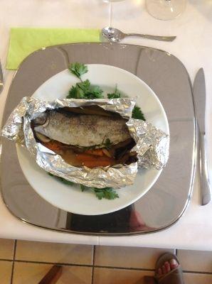 Fisch in Folie, auf Gemüsebett