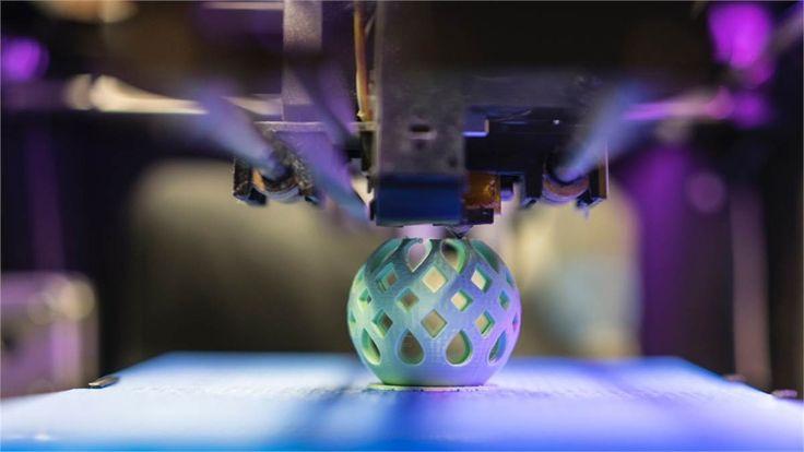 3D-printere, rapid prototyping og den omsiggribende digitalisering er ofte hyldet som en ny industriel revolution. Vi skal alle sammen være 'makers', og samtidig skal de traditionelle fabrikanter og fabrikker gøre op med årtiers forretningsskik. Hør mere i det første af Harddiskens sommertemaer, hvor vi skal møde både 3D- og 4D-printere, bio-printere og hjemmebyggede amatørbiler. Tilrettelæggelse: Henrik Føhns og Anders Høeg Nissen.