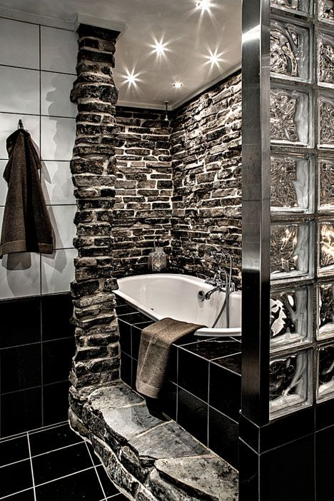 Wow! Einzigartiges Bad mit Steinen an der Wand und dunklen Fliesen. >> Finnish winter house bathroom http://sulia.com/my_thoughts/e0179fd8-3b24-44ac-a55e-16790c25fe0e/?pinner=125502693&