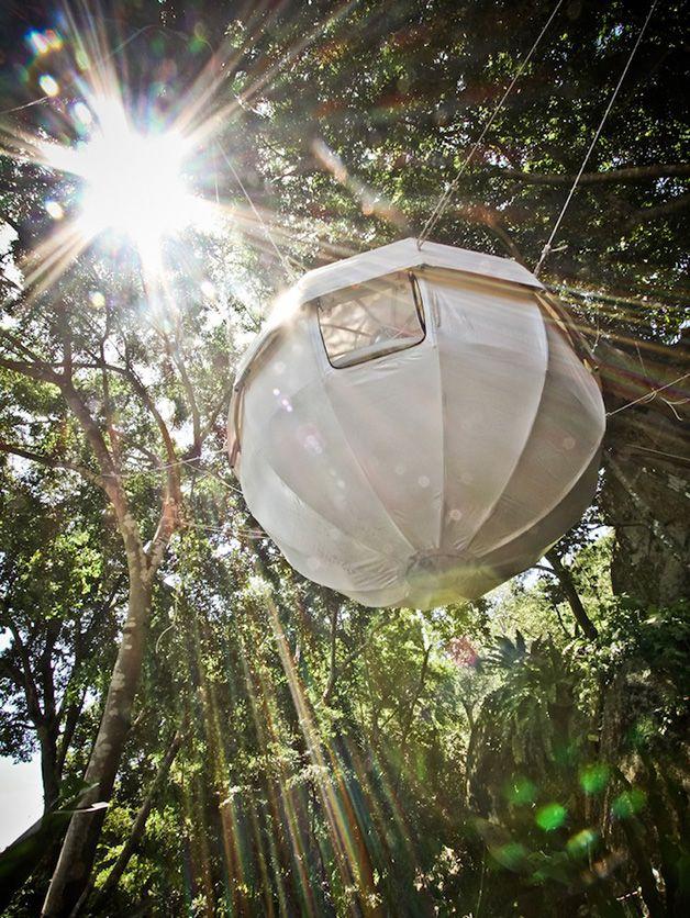 Se os animais podem, por que nós não poderíamos? A Cocoon Tree Tenté o verdadeiro sonho modernista dos amantes da natureza. Espaçosa, confortável, simples e em contato com o meio ambiente. Ela pode ficar pendurada, flutuando numa plataforma ou pousada no chão, já que tem uns pés adaptáveis (mas temos que admitir que flutuando é melhor, como se você estivesse sendo embalado num berço gigante). A Cocoon Tree Tent é uma tenda esférica, feita de alumínio e coberta por uma lona resistente, com…