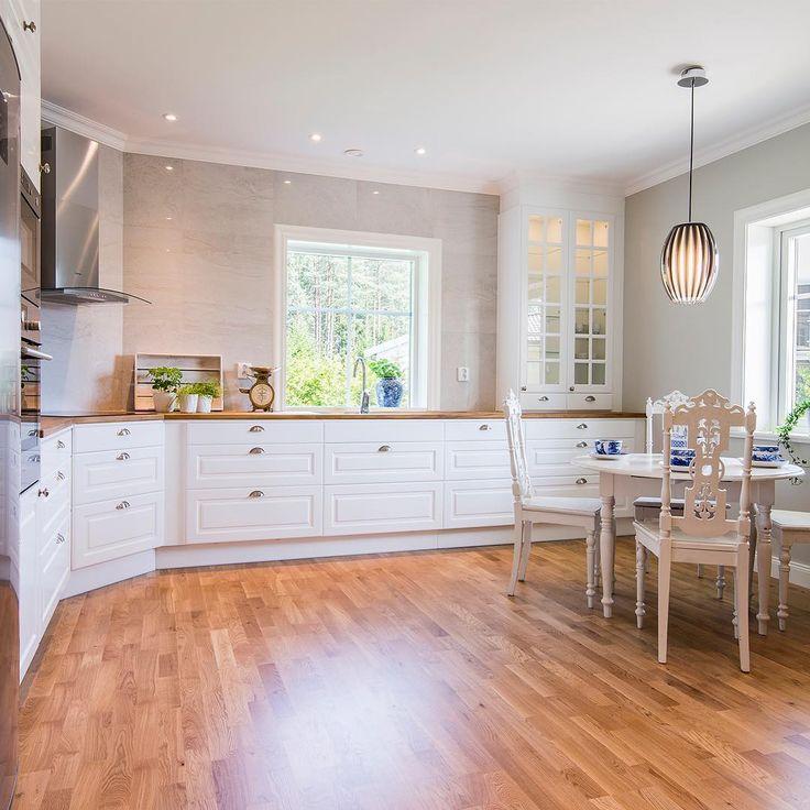 Ett annat kök i en annan Falken. Vi fortsätter att visa Falken nästa vecka. Trevlig helg! #nybygge #falken #bygganytt #byggahus #villa #hem #hus #inspiration #interior #interiör #fiskarhedenvillan #hjem #kök