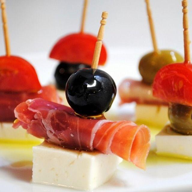 Jamón serrano, queso feta y aceitunas negras. 分で出来るお洒落な一品で手軽におうちバル♪生ハム、オリーブ、トマト、モッツァレラのピンチョス