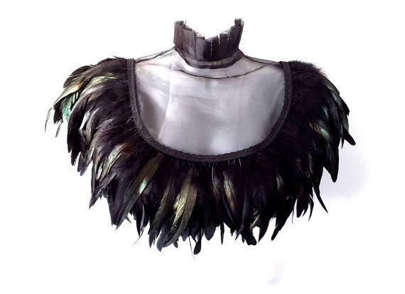 Diese schwarze Steampunk Feder Kragen ist ein einzigartiges Design, individuelle Massanfertigung aus schönen Stoffen - Organza, seidigen Geflecht und schwarzen schillernden Federn. Der Organza ist schiere und betont die Konturen Ihrer Schlüsselbeine und Dekolleté schön und schöpft Ihre Schultern mit einem schönen Tuch. Ihre Federn werden robust zu vermeiden, Ausscheidung von Federn maschinell genäht. Dieses Design ist dann die Hand fertig zu einem hohen Standard mit Sorgfalt und Liebe zum…