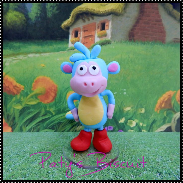 Miniatura do personagem Botas, do desenho da Dora a Aventureira. <br> <br>Produto sob encomenda. Consulte prazos de produção e envio. <br>Valor unitário. <br> <br>Material: biscuit; base acrílica transparente. <br>Altura aproximada: 8cm.