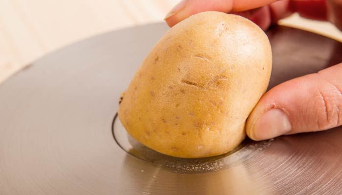 Verkalkten oder matt gewordenen Edelstahl auf Spülen, Kochtöpfen oder Pfannen kann man ...