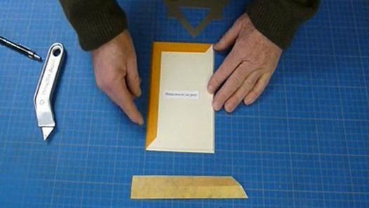 Effectuez aisément vos coupes d'angle du biseau inversé avec le gabarit multi-usages GABDU.Notamment grâce à la partie évidée de l'outil.www.gabdu-encadrement.com