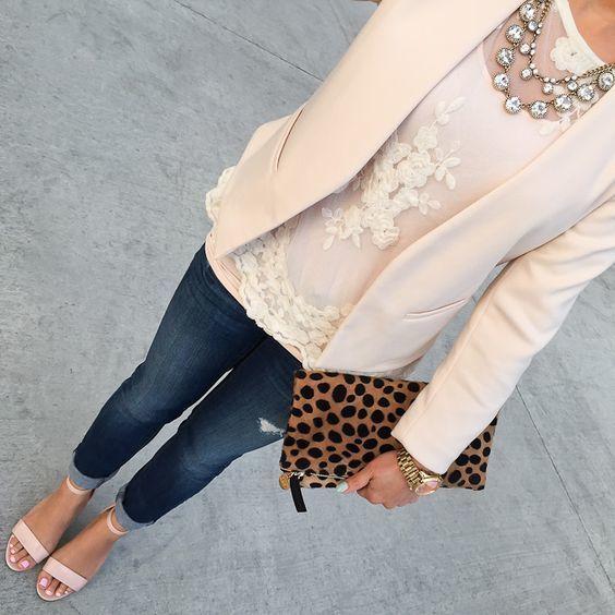 Tenue: Blazer beige, Top sans manches en dentelle blanc, Jean skinny bleu marine... 1
