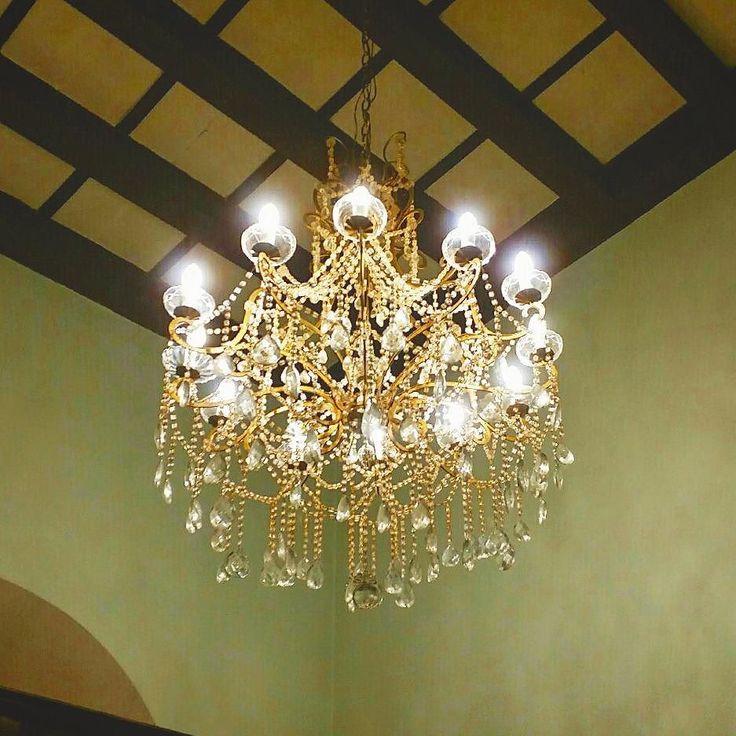 Il nostro lampadario è stato restaurato e ripulito. Ora è tornato al suo posto all'ingresso!  #lampadario #luce #teatro #cinema #light #cristallo #CinemaDante #sansepolcro