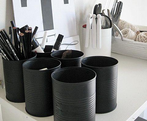 Des boites de conserves peintes en noir mat - très smart... #DIY #tin #black