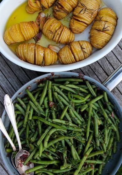 Stangenbohnen mit karamellisierten Balsamico-Honig-Zwiebeln und Fächerkartoffeln aus dem Ofen