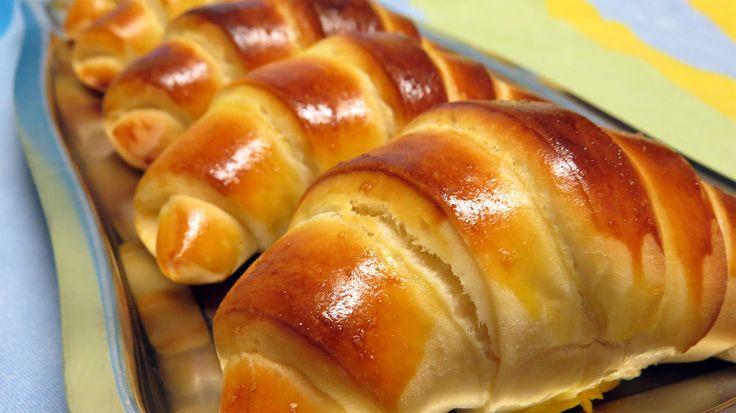 Receita de croissants tipo brioche ou pão de leite muito saborosos e muito fácil de fazer. Ideal para o pequeno almoço ou lanche, com compotas, fiambre ou qu...