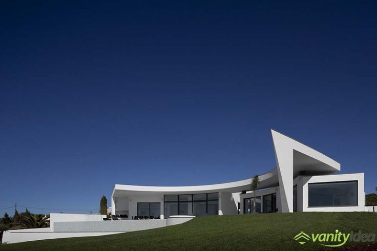 the designer gave the house a sort of a curving shape which provides a great opening towards the sea.
