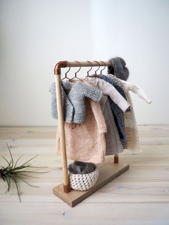 Clothes rack for Les Petites Mains dolls, the set includes: -the wooden and copper rack -6 hangers -Crocheted basket in cotton * This set is delicate, made with small objects, it is not suitable for young children. *The clothes are used only for example, they are not included.